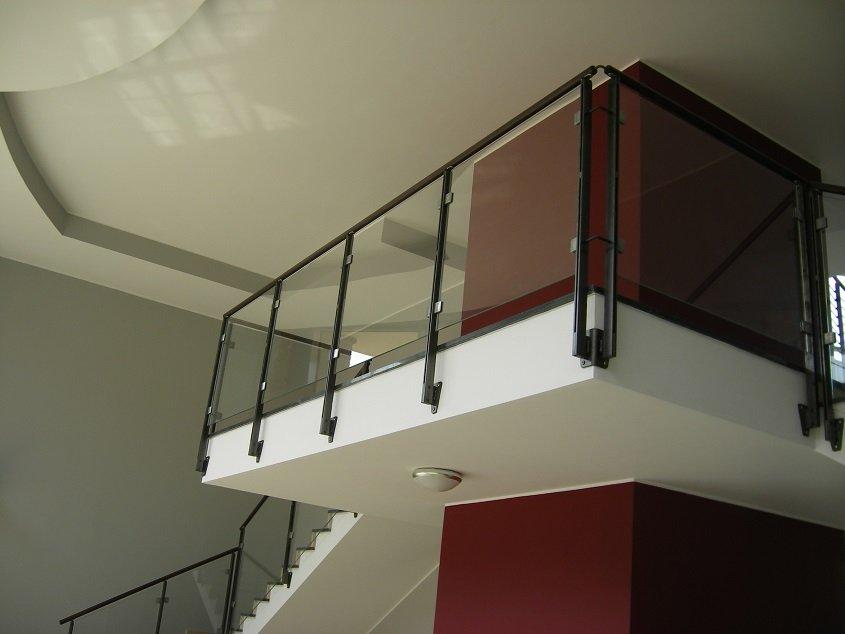 Ringhiera-parapetto-per-scala-interna-in-ferro-e-vetro-Milano-2