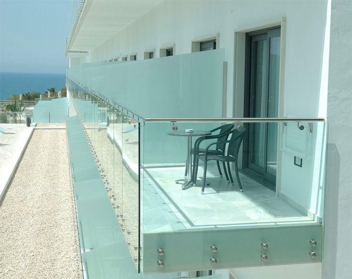 balconata con parapetto di vetro
