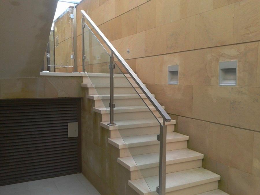 parapetto di vetro su scale