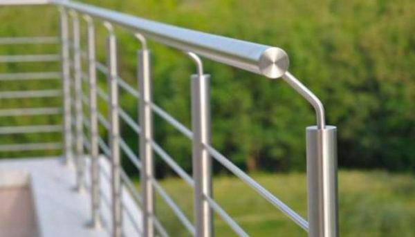 primo piano balconata d acciaio