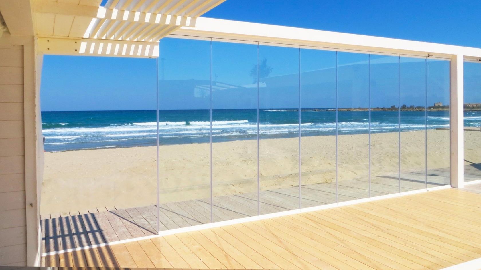 vetrata scorrevole su spiaggia